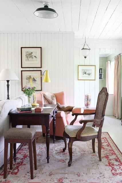 Гостиная в  цветах:   Бежевый, Белый, Серый, Темно-коричневый.  Гостиная в  стиле:   Кантри.