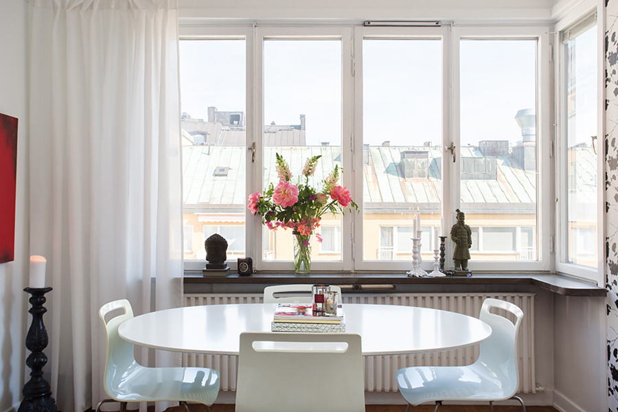 Кухня/столовая в  цветах:   Белый, Светло-серый, Серый.  Кухня/столовая в  стиле:   Скандинавский.