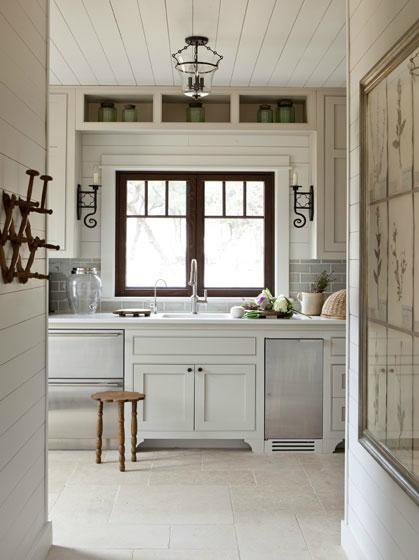 Кухня/столовая в  цветах:   Бежевый, Белый, Светло-серый, Серый, Темно-коричневый.  Кухня/столовая в  стиле:   Кантри.