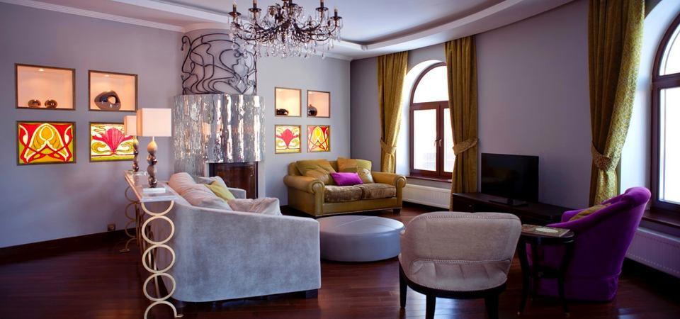 Как оформить загородный дом: интерьер цвета фуксии