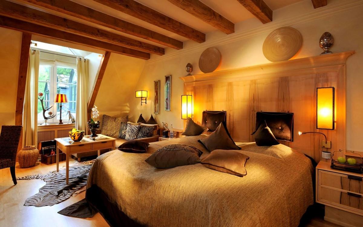 Спальня в цветах: желтый, бордовый, темно-коричневый, коричневый, бежевый. Спальня в стилях: эклектика.