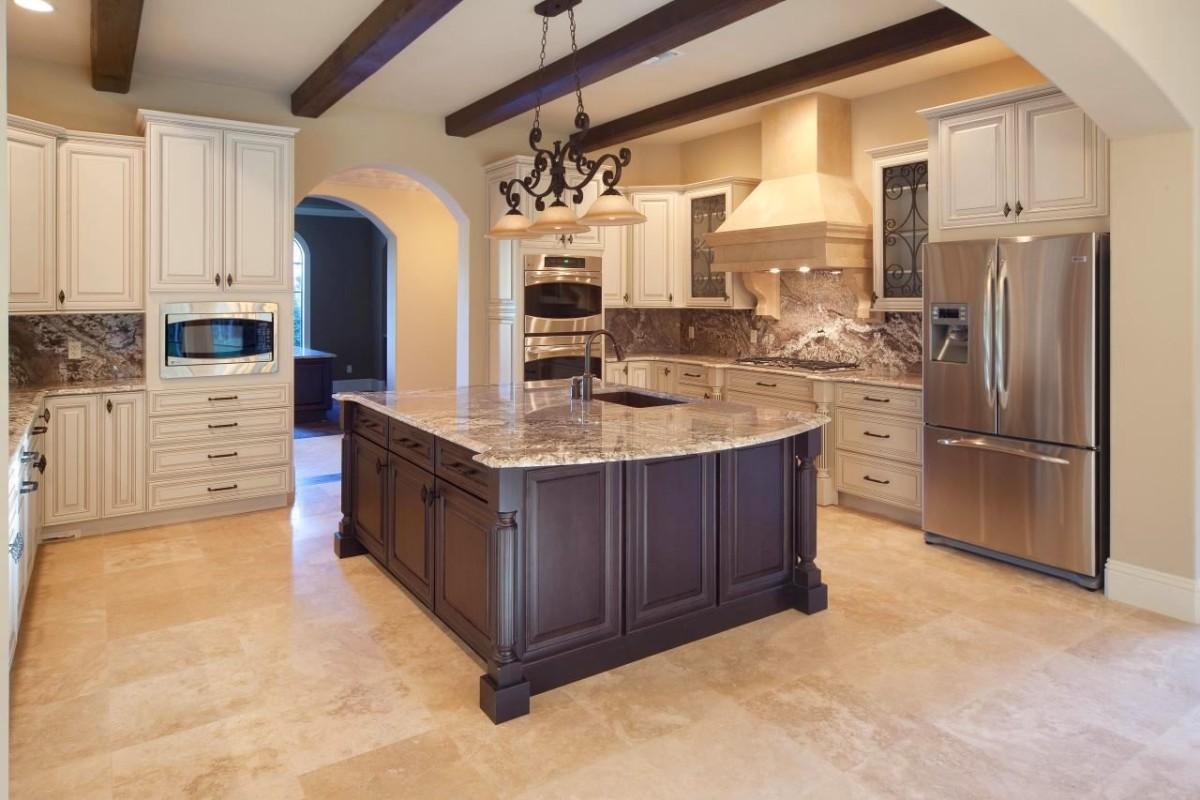 Кухня в цветах: желтый, светло-серый, белый, коричневый, бежевый. Кухня в стилях: классика.