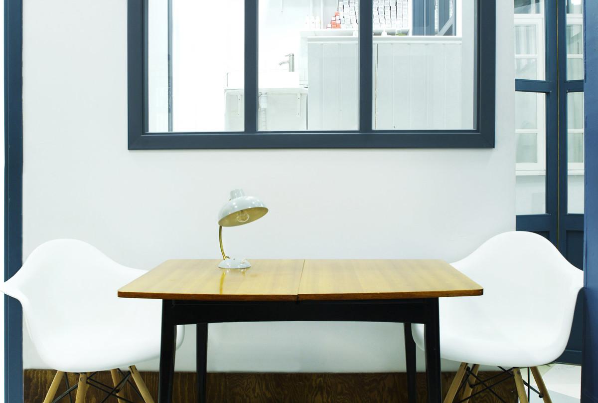 Офис в цветах: бирюзовый, светло-серый, белый, бежевый. Офис в стиле минимализм.