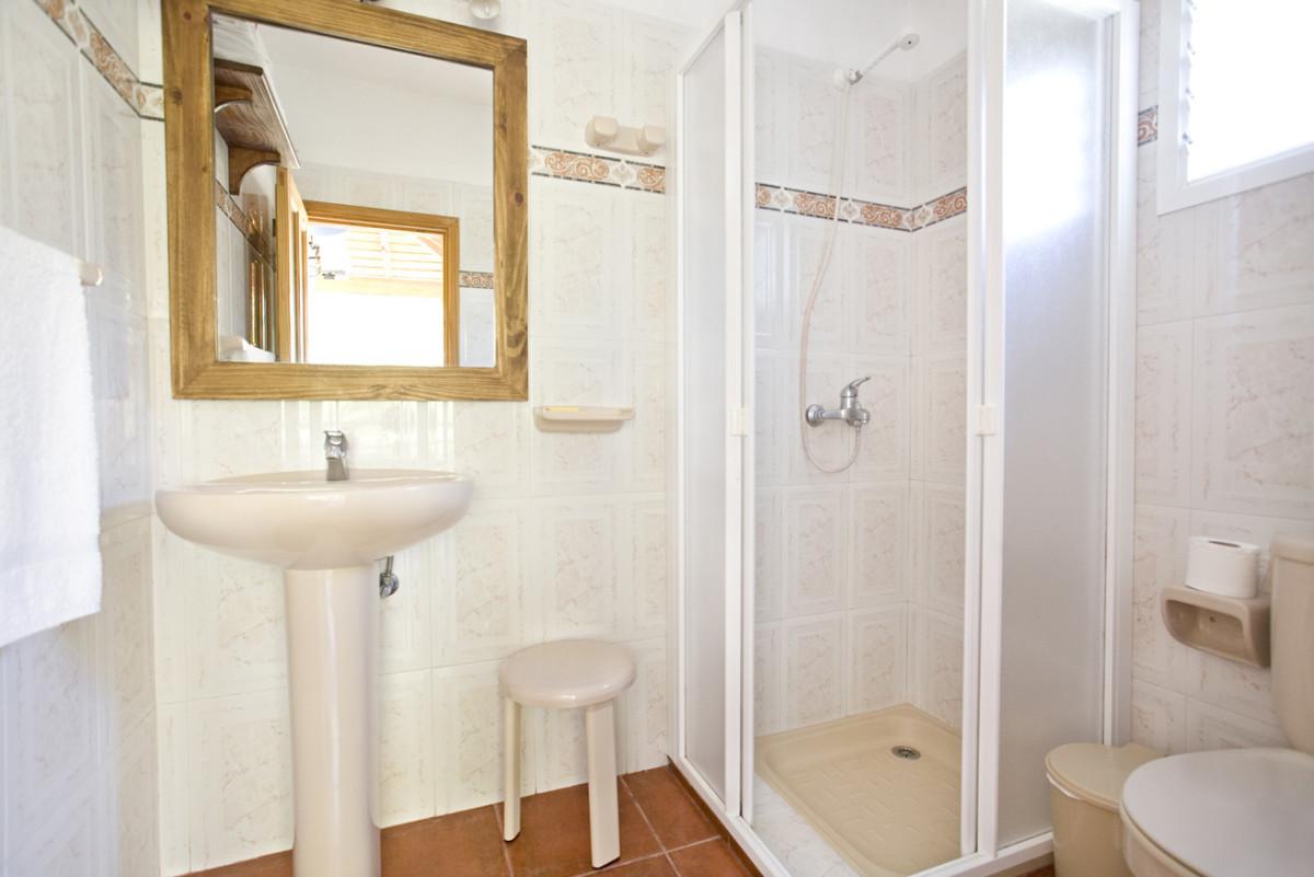 Туалет в цветах: серый, светло-серый, белый, коричневый, бежевый. Туалет в стиле хай-тек.