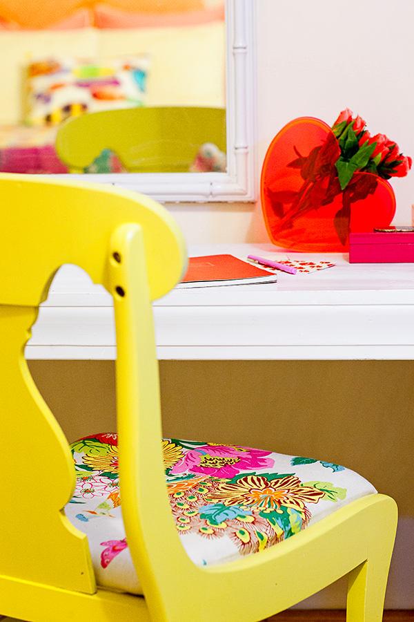Мебель и предметы интерьера в цветах: красный, белый, лимонный, коричневый, бежевый. Мебель и предметы интерьера в .