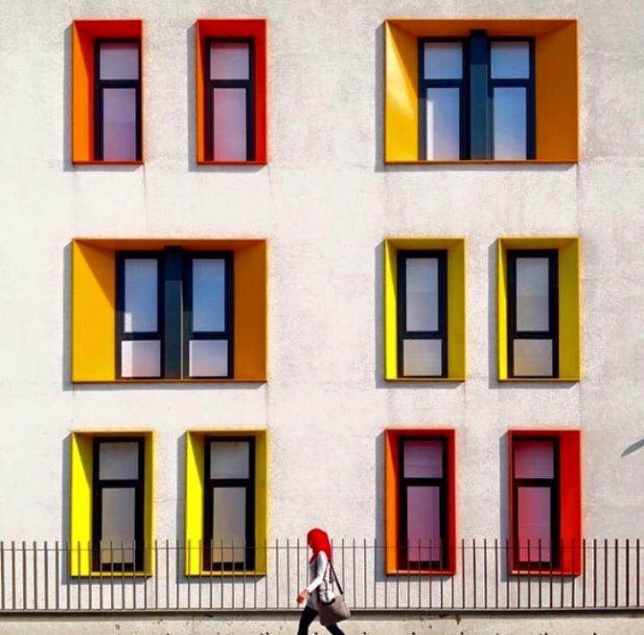 Архитектура в цветах: серый, светло-серый, белый, бежевый. Архитектура в стиле поп-арт.
