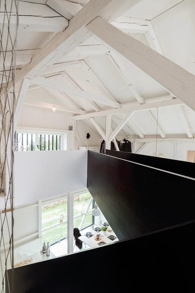 Лестница в цветах: черный, серый, светло-серый, белый. Лестница в стиле скандинавский стиль.