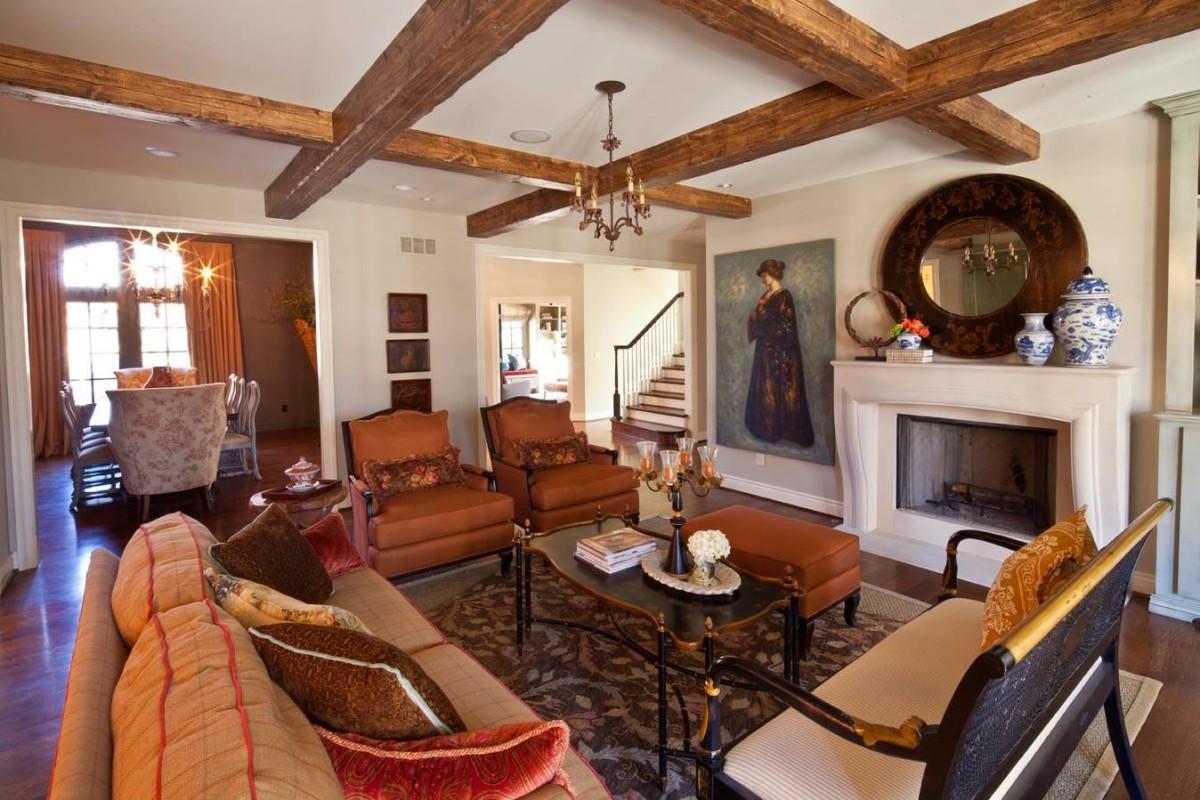 Гостиная, холл в цветах: оранжевый, светло-серый, темно-коричневый, коричневый, бежевый. Гостиная, холл в стилях: эклектика.