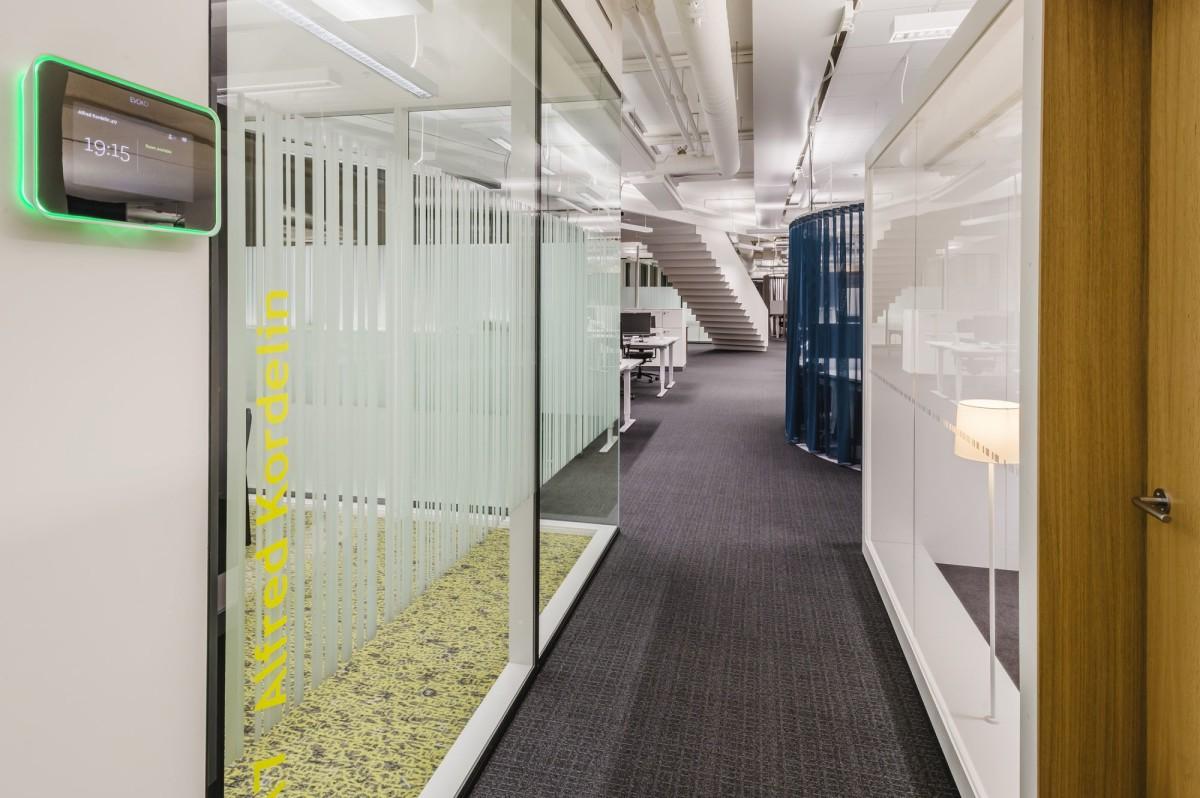 Офис в цветах: светло-серый, белый, коричневый, бежевый. Офис в стиле хай-тек.
