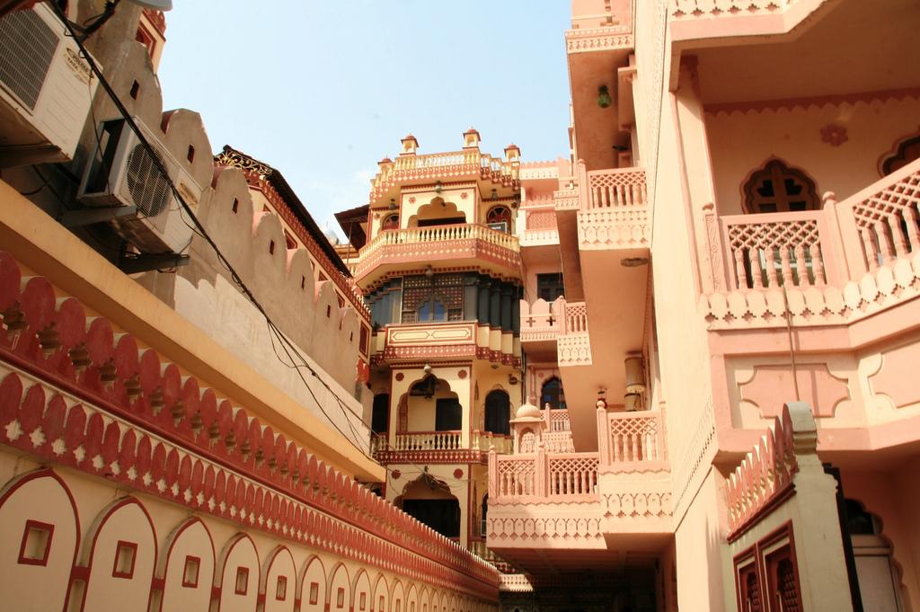 Архитектура в цветах: белый, бордовый, розовый, коричневый, бежевый. Архитектура в .