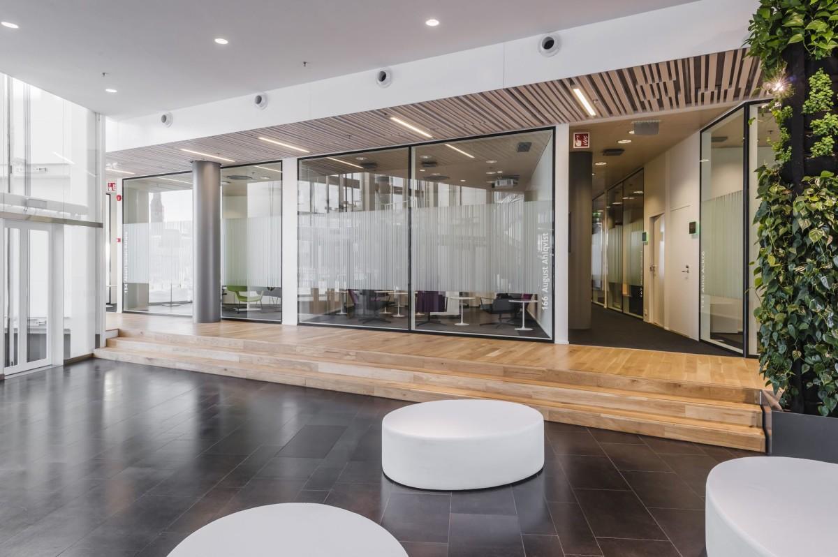 Офис в цветах: светло-серый, темно-зеленый, коричневый. Офис в стиле минимализм.