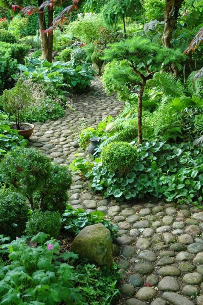 Ландшафт в цветах: светло-серый, темно-зеленый, салатовый. Ландшафт в стиле экологический стиль.