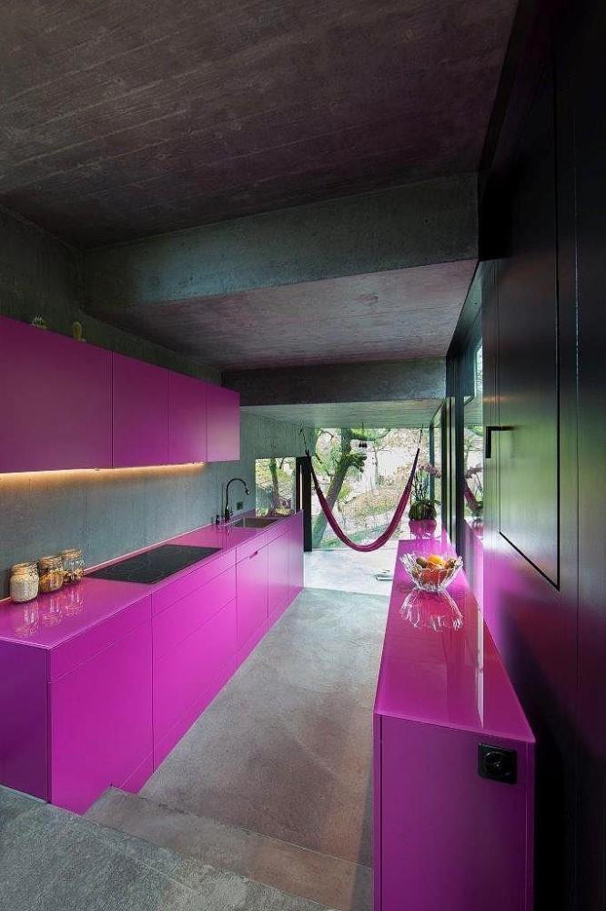 Кухня в цветах: серый, светло-серый, бордовый, темно-коричневый. Кухня в .