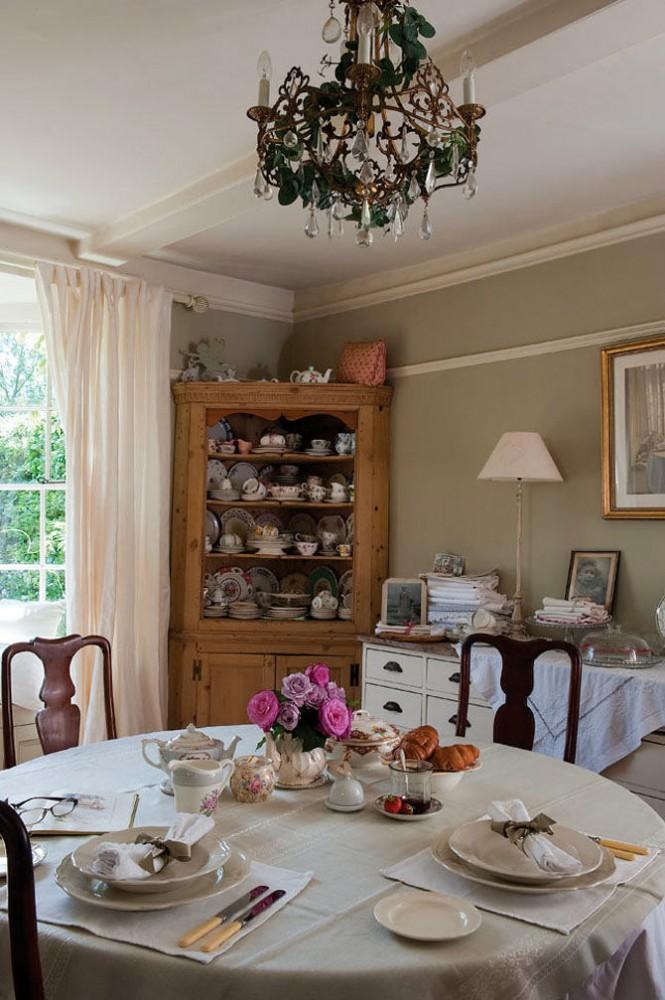 Столовая в цветах: серый, светло-серый, коричневый, бежевый. Столовая в стиле французские стили.