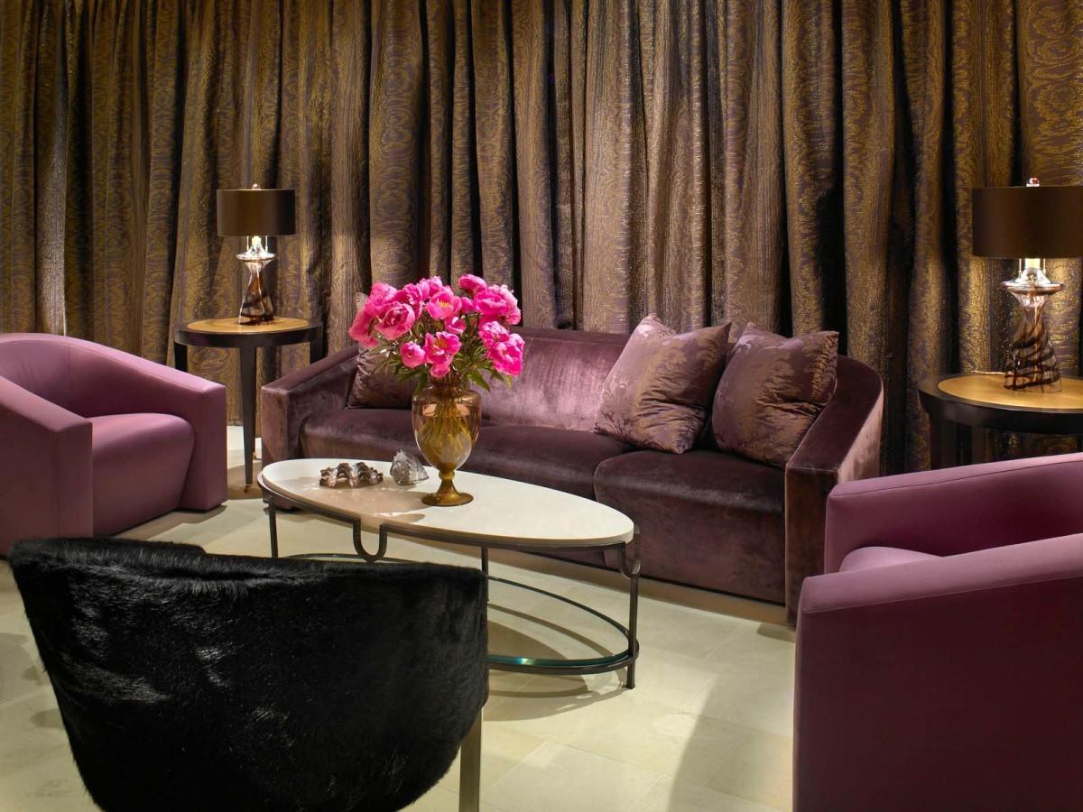 Гостиная, холл в цветах: серый, розовый, темно-коричневый, коричневый. Гостиная, холл в стилях: американский стиль.