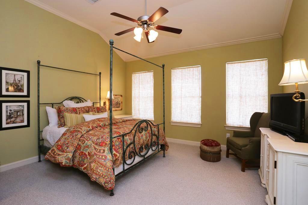 Спальня в цветах: серый, светло-серый, белый, бежевый. Спальня в .