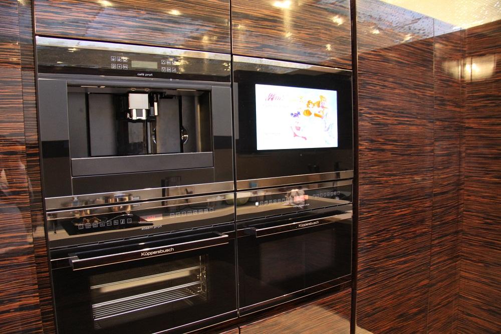 Кухня в цветах: черный, серый, темно-коричневый, коричневый. Кухня в стиле минимализм.