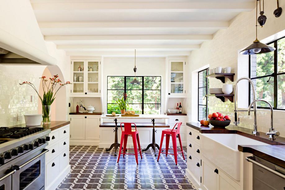 Кухня в цветах: серый, светло-серый, белый, бежевый. Кухня в стиле средиземноморский стиль.