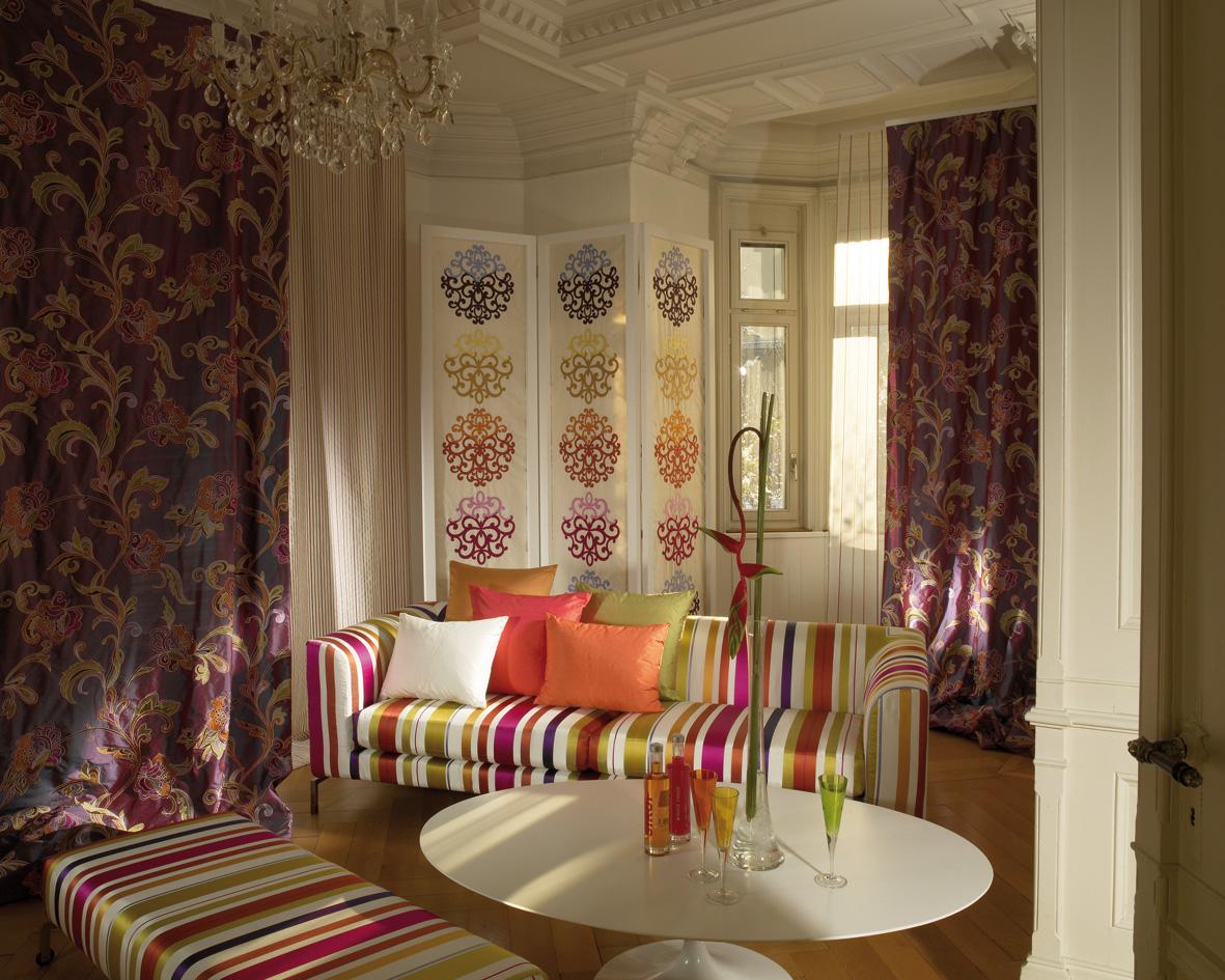 Гостиная, холл в цветах: красный, светло-серый, розовый, темно-зеленый, сиреневый. Гостиная, холл в стилях: поп-арт.