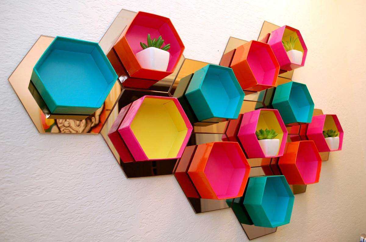 Декор в цветах: желтый, белый, бордовый, сине-зеленый, бежевый. Декор в стиле эклектика.