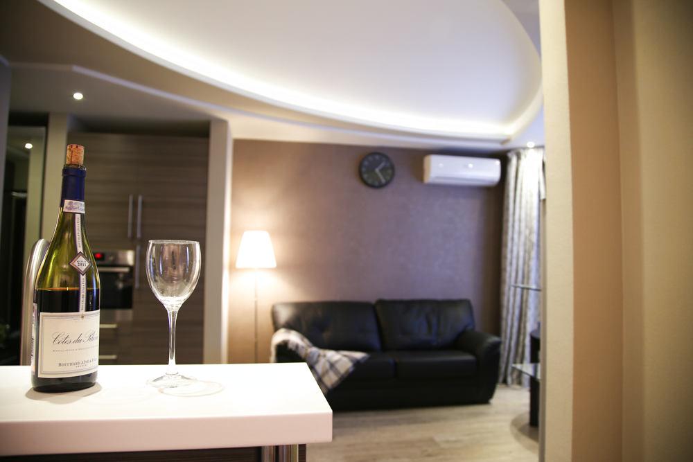 Гостиная, холл в цветах: серый, светло-серый, белый, бежевый. Гостиная, холл в стилях: классика.