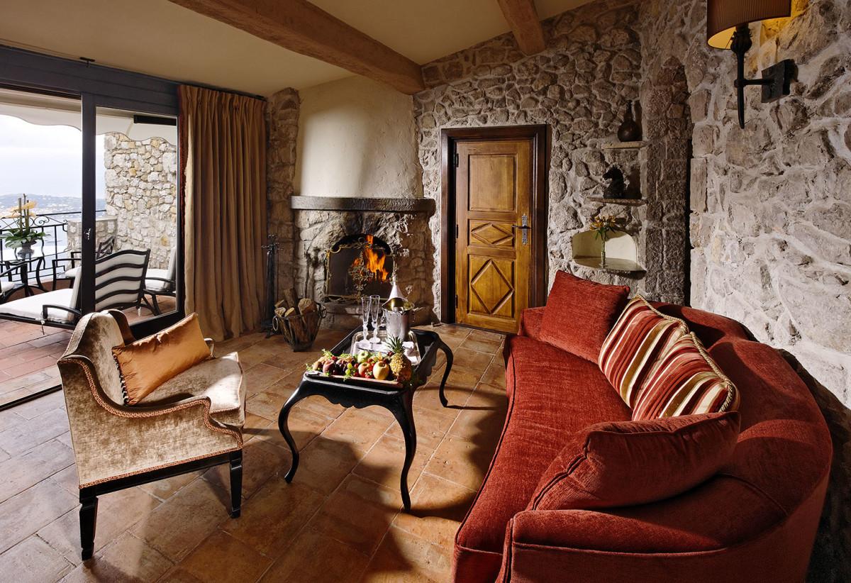 Гостиная, холл в цветах: серый, светло-серый, бордовый, темно-коричневый, коричневый. Гостиная, холл в стилях: классика, экологический стиль.