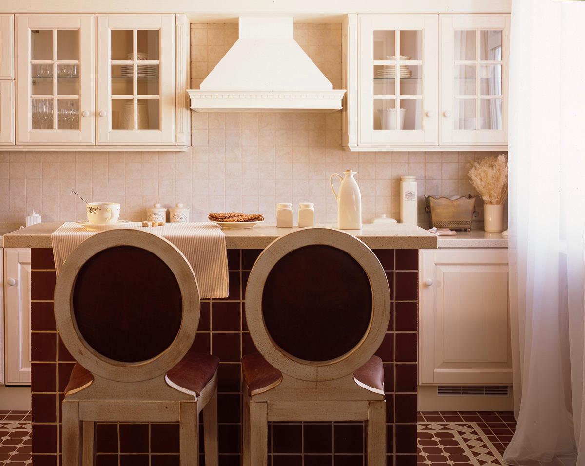 Кухня в цветах: светло-серый, белый, бордовый, бежевый. Кухня в стилях: классика, модерн и ар-нуво, неоклассика, эклектика.