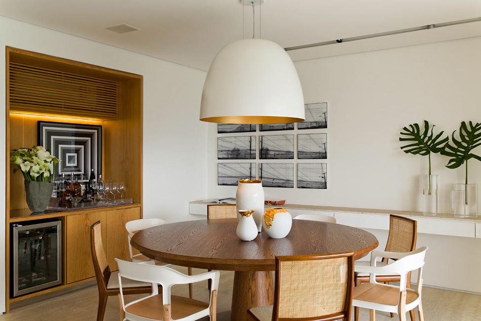 Столовая в цветах: серый, светло-серый, коричневый, бежевый. Столовая в стиле эклектика.