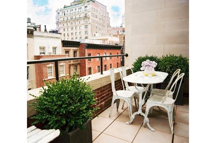 Балкон, веранда, патио в цветах: серый, светло-серый, белый, бордовый, темно-зеленый. Балкон, веранда, патио в .