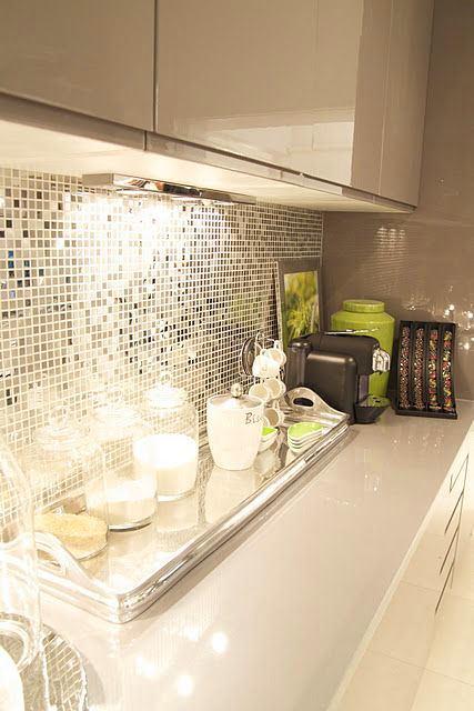 Кухня в цветах: светло-серый, белый, коричневый, бежевый. Кухня в стиле поп-арт.