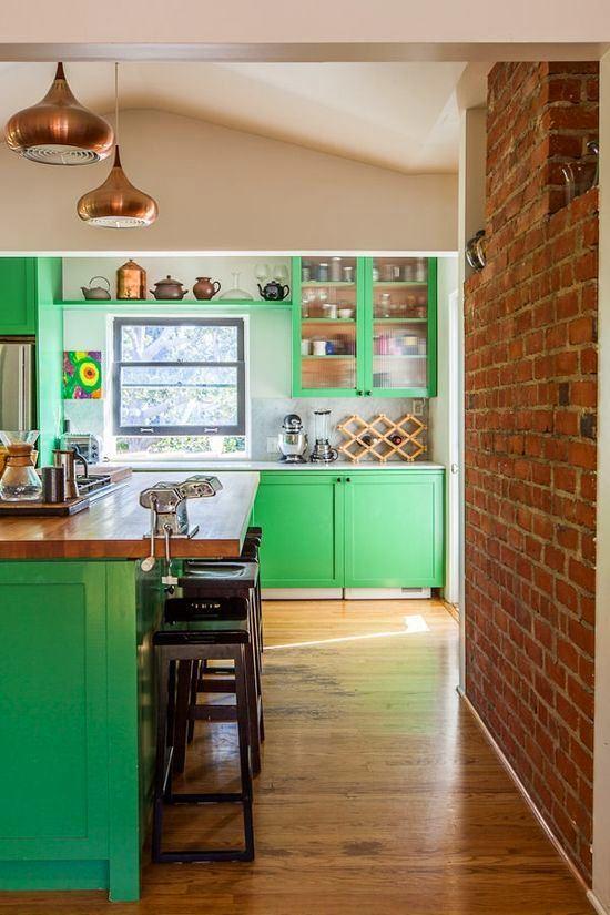 Кухня в цветах: светло-серый, белый, темно-зеленый, салатовый, коричневый. Кухня в .
