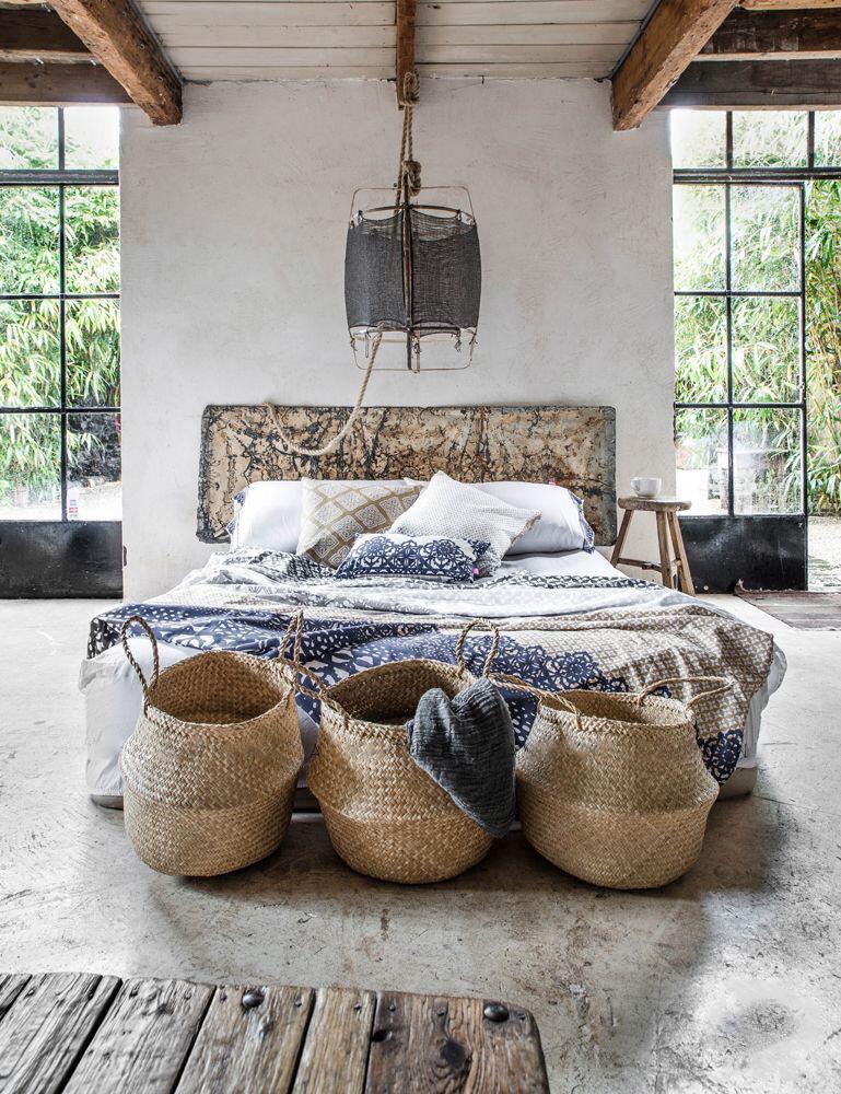 Спальня в  цветах:   Бежевый, Белый, Светло-серый, Серый, Темно-коричневый.  Спальня в  стиле:   Кантри.