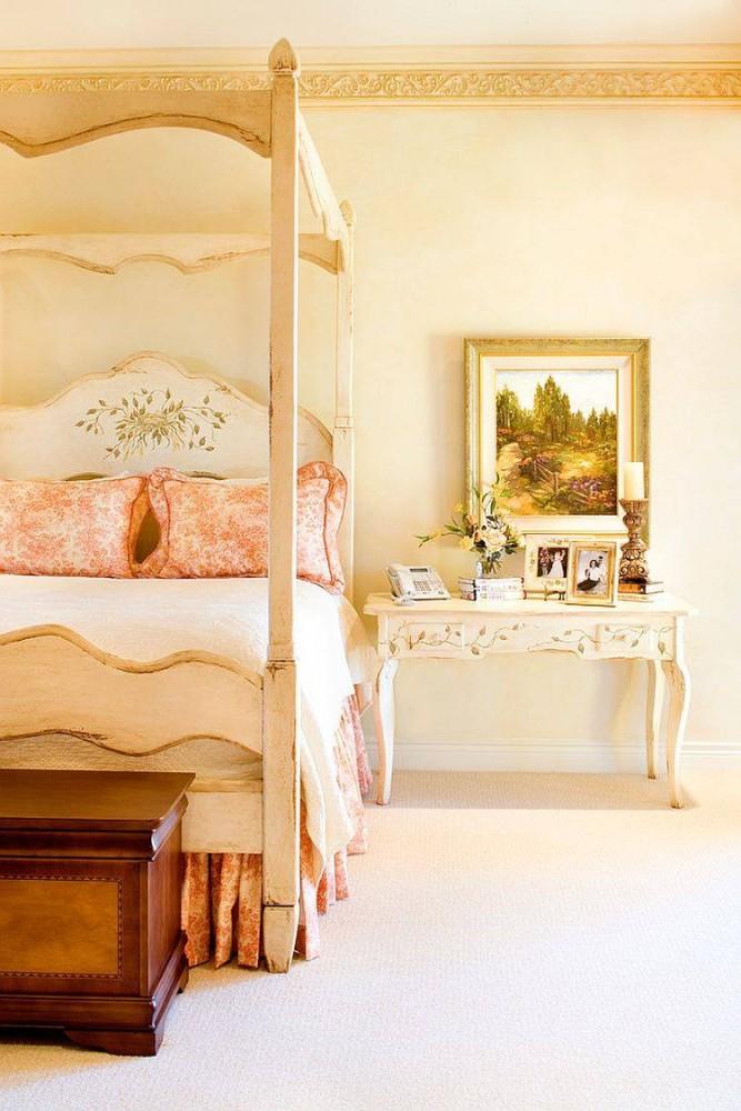 Спальня в  цветах:   Бежевый, Белый, Желтый, Светло-серый.  Спальня в  стиле:   Шебби-шик.