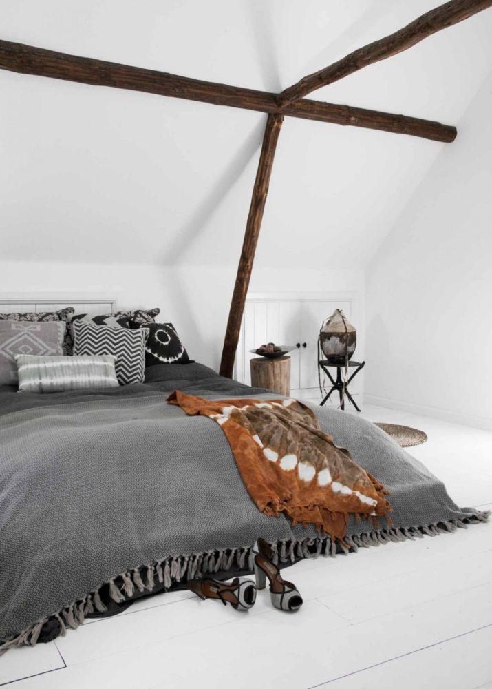 Спальня в  цветах:   Светло-серый, Серый, Темно-коричневый.  Спальня в  стиле:   Скандинавский.