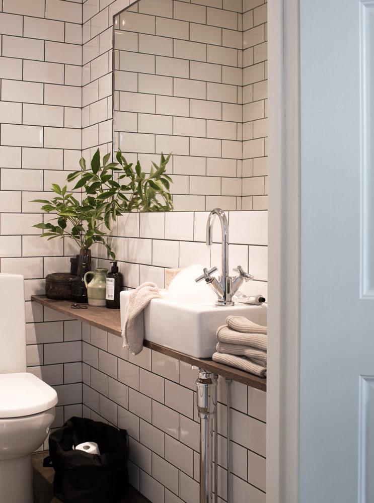 Туалет в  цветах:   Бежевый, Светло-серый, Серый, Черный.  Туалет в  стиле:   Скандинавский.