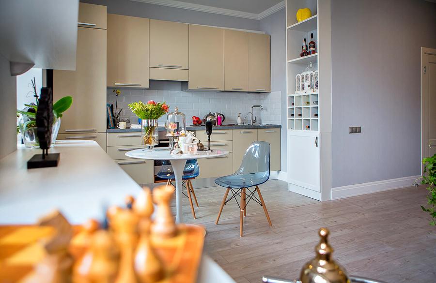 Кухня/столовая в  цветах:   Бежевый, Желтый, Светло-серый, Серый.  Кухня/столовая в  стиле:   Скандинавский.