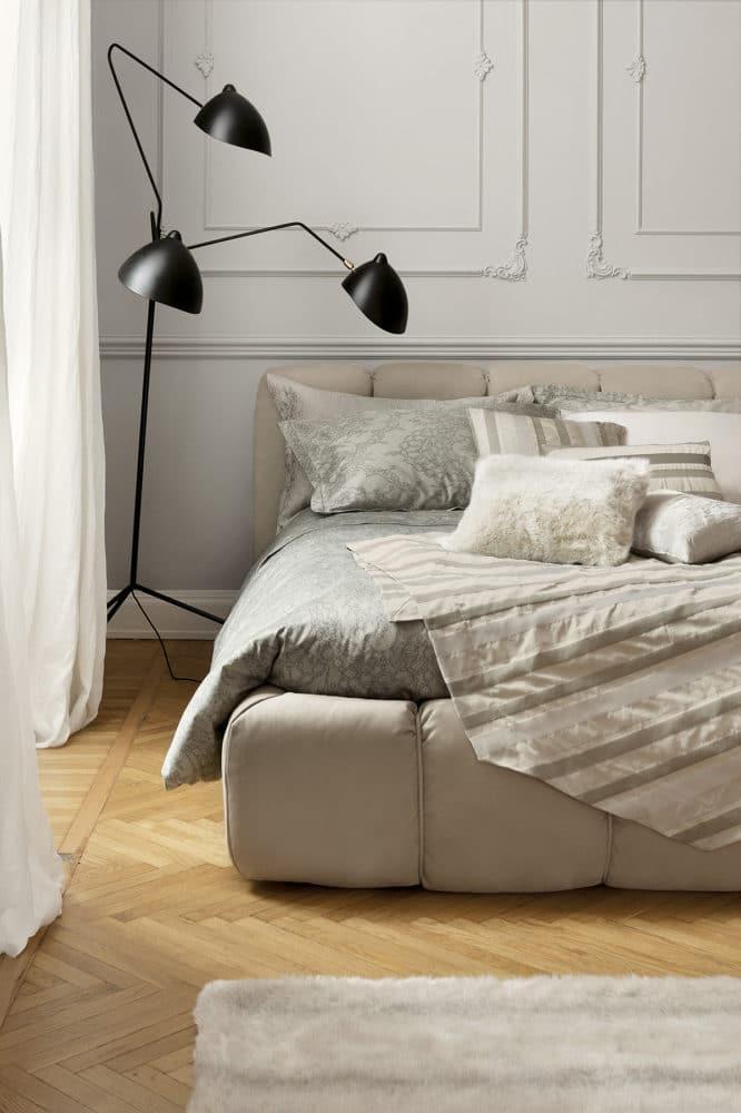 Спальня в  цветах:   Бежевый, Коричневый, Светло-серый, Серый.  Спальня в  .