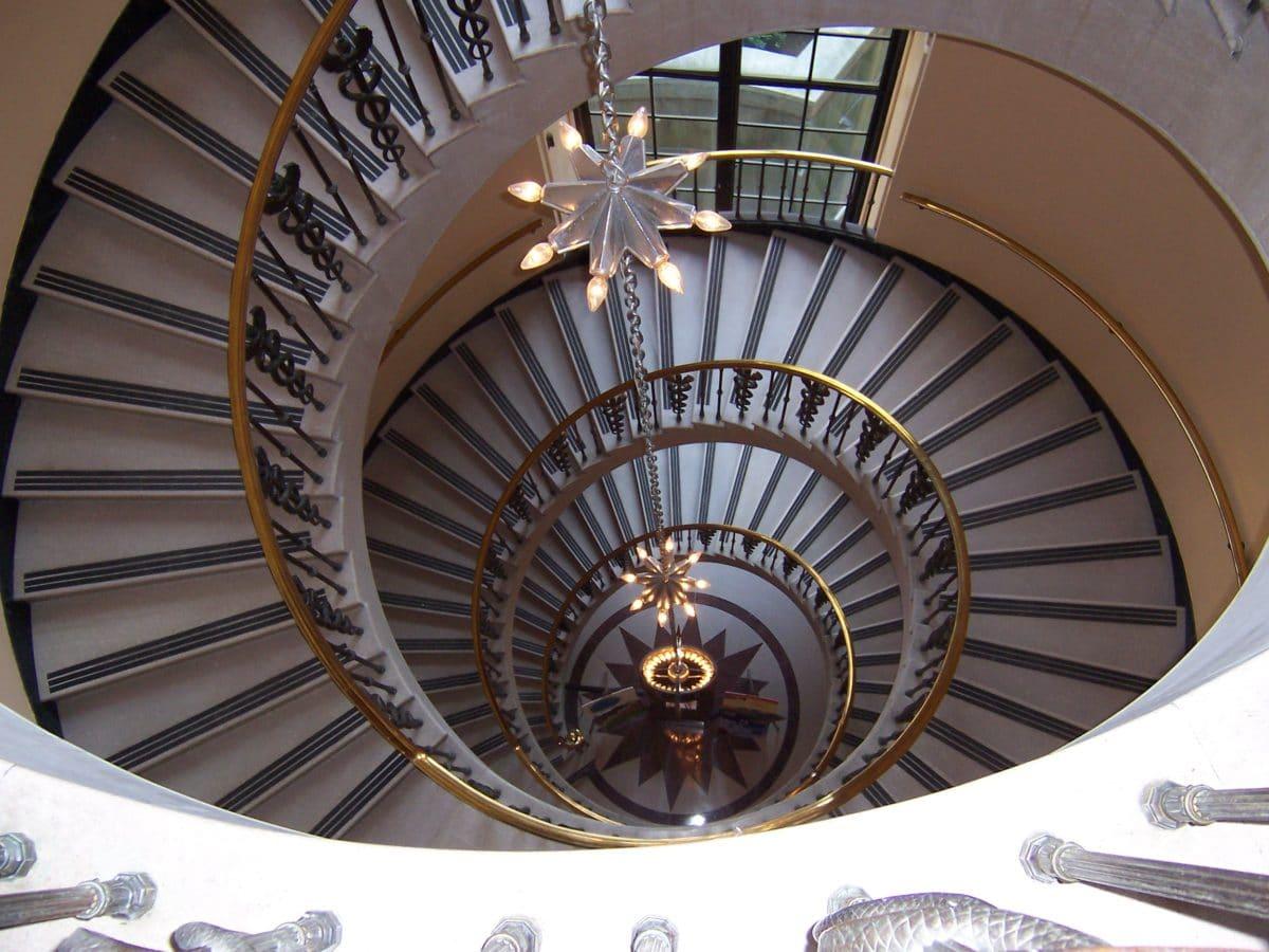 15 фантастических лестниц в интерьерах российских домов