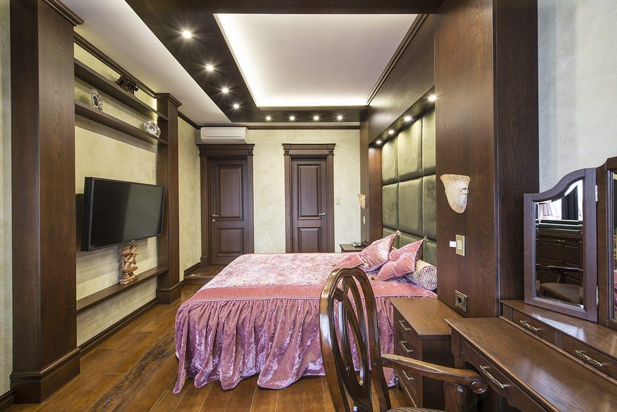 Спальня в  цветах:   Бежевый, Коричневый, Светло-серый, Темно-коричневый, Черный.  Спальня в  стиле:   Неоклассика.