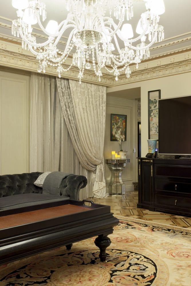 Гостиная в  цветах:   Бежевый, Белый, Светло-серый, Темно-коричневый, Черный.  Гостиная в  стиле:   Классика.