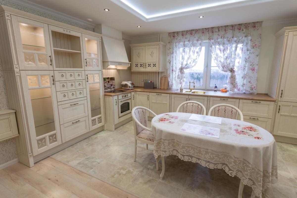 Кухня/столовая в  цветах:   Бежевый, Коричневый, Светло-серый, Темно-коричневый.  Кухня/столовая в  стиле:   Прованс.