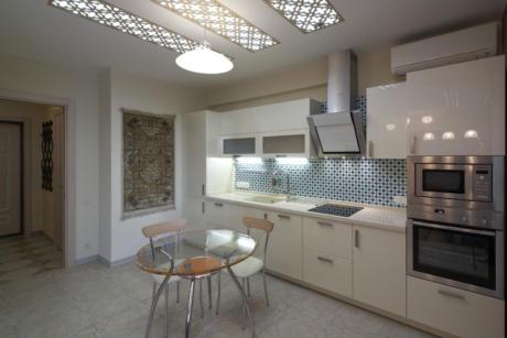 Кухня/столовая в  цветах:   Светло-серый, Темно-коричневый, Бежевый, Голубой.  Кухня/столовая в  стиле:   Минимализм.