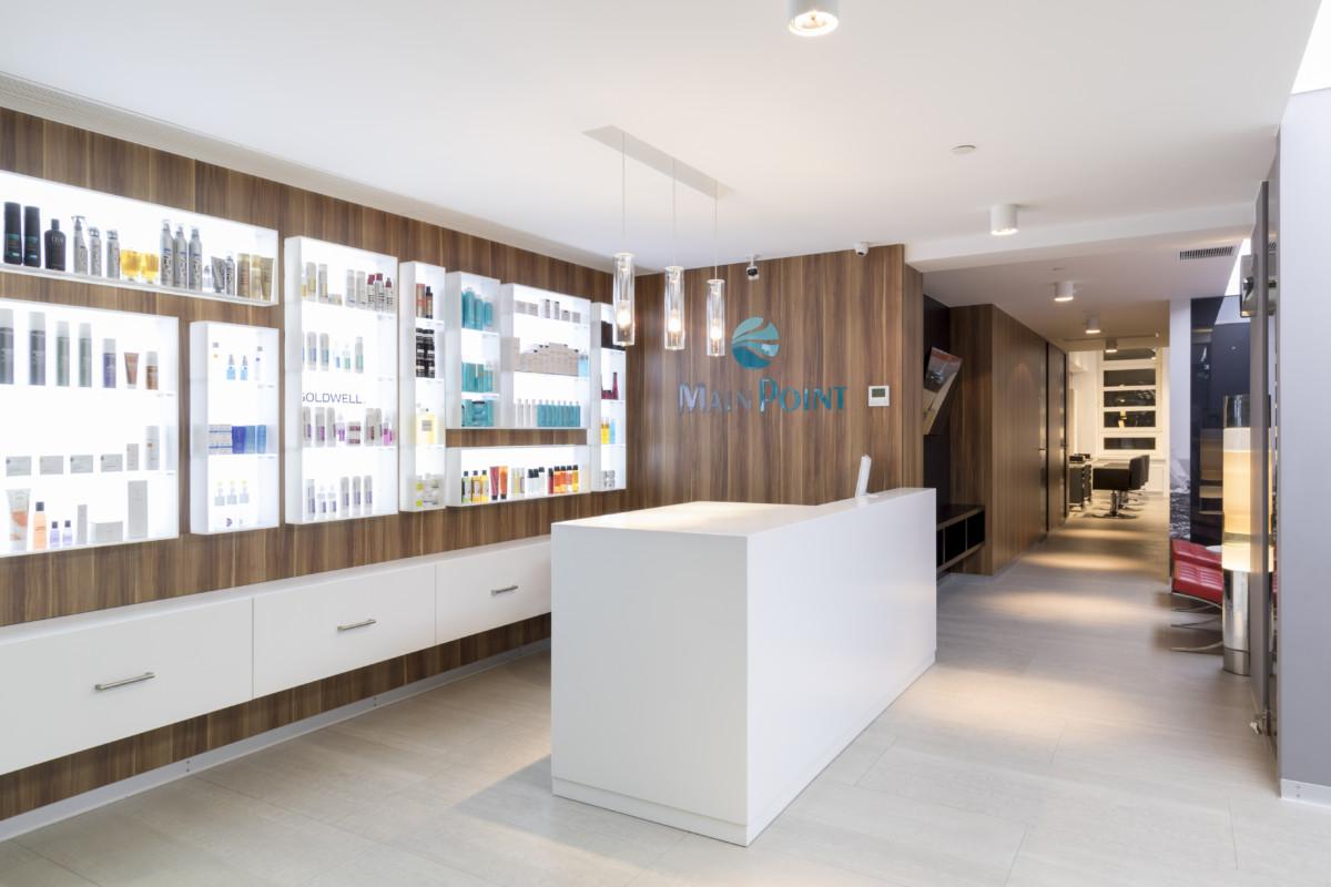 Зона рецепции в салоне красоты дополняется важнейшей зоной продаж косметической продукции. Витрина — акцент интерьера.