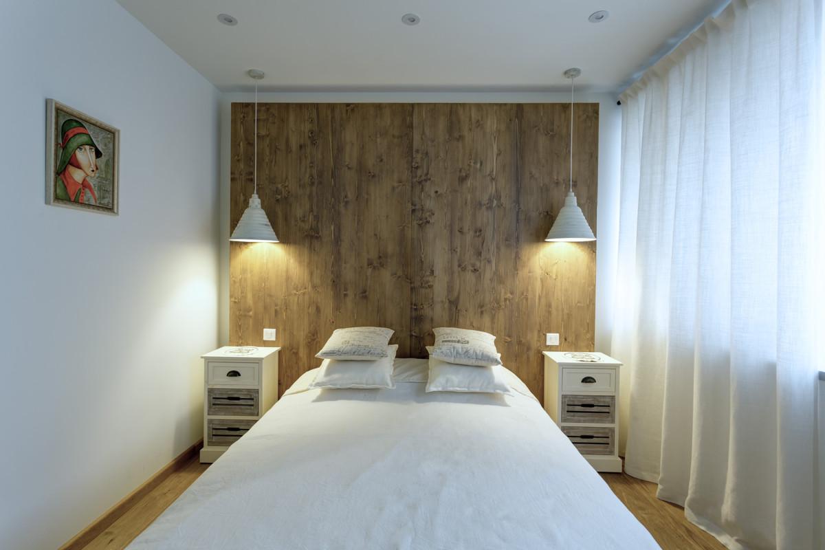 В гостевой спальне изголовье кровати и её наружная обшивка выполнены по авторским чертежам по месту из панелей пр-ва Admonter.