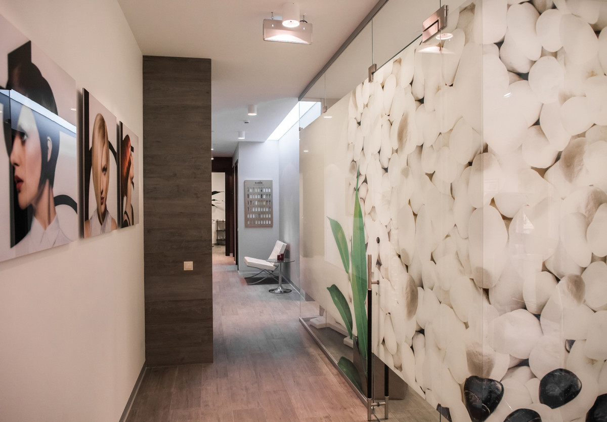 Перегородки из стекла с принтом позволяют сделать деление помещения на кабинеты максимально воздушным.
