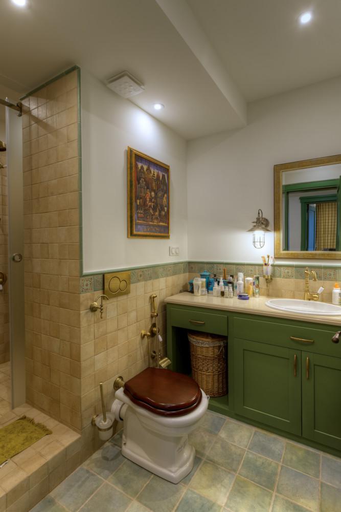 От прованса для туалета взята керамическая плитка с тёплой терракотовой текстурой и размером 10 х 10 см.