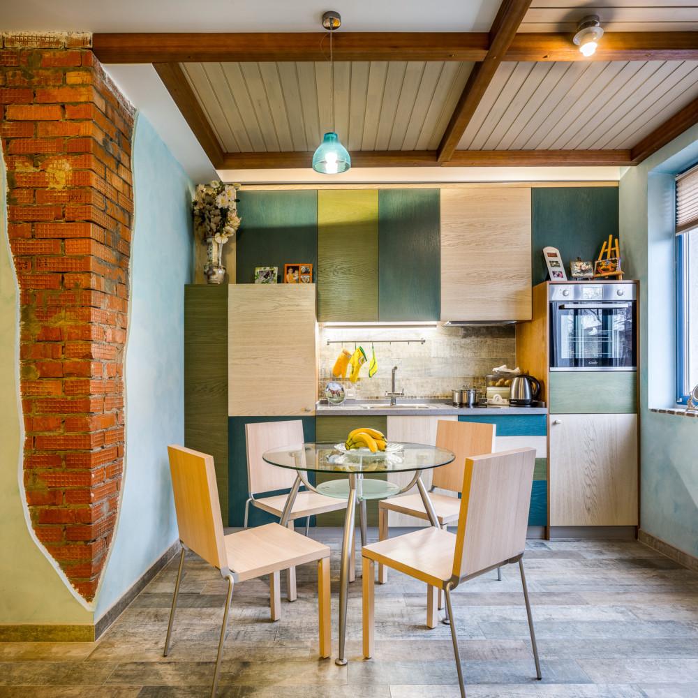 Кухня/столовая в  цветах:   Бежевый, Коричневый, Светло-серый, Темно-зеленый.  Кухня/столовая в  стиле:   Лофт.