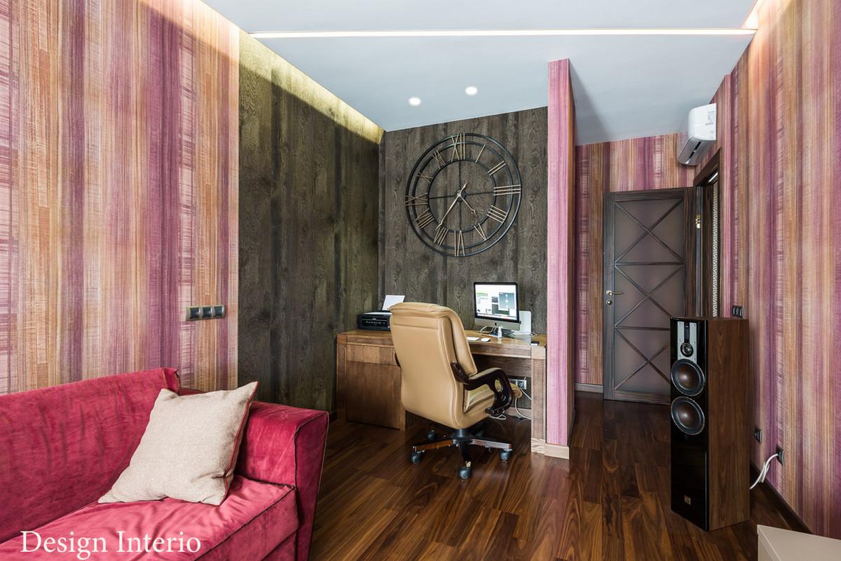 Вместо декоративных панелей на стене английские обои с текстурой дерева. Часы с большим циферблатом украсили кабинет.