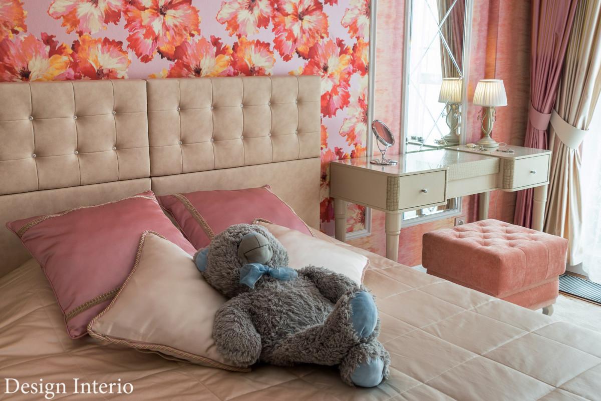 Мебель для спальни — итальянской фабрики CamelGroup. Цветовая гамма спокойная, в отличии от стен.