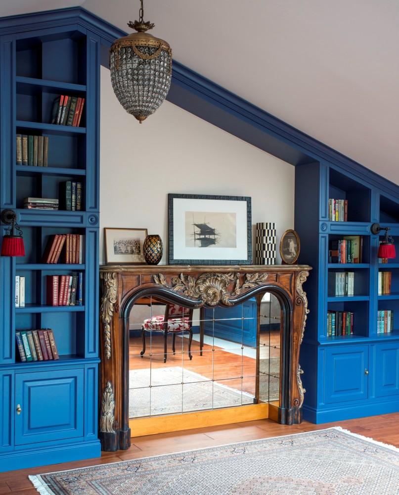 Синий цвет прекрасно оттеняет разноцветные корешки книг. Камин привезён из Франции.